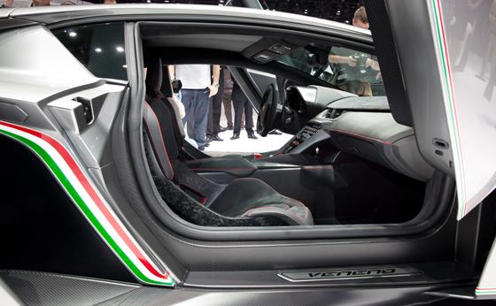 Alcantara im Lamborghini Veneno Innenraum. Foto: Alcantara.