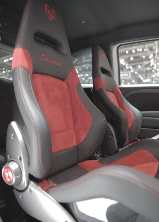 In den Modellen Abarth 695 Fuoriserie werden Sitzbezüge aus Alcantara in verschiedenen Kombinationen eingesetzt. Foto: Alcantara.