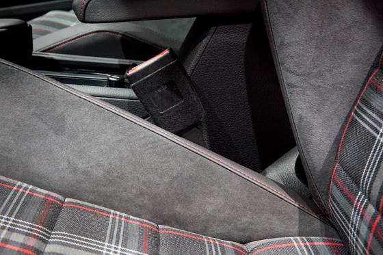 Der neue Golf GTI hat klassisch gemusterte Stoffbezüge auf den Sitzen, och die Seitenwangen sind mit Alcantara veredelt. Foto: Alcantara.