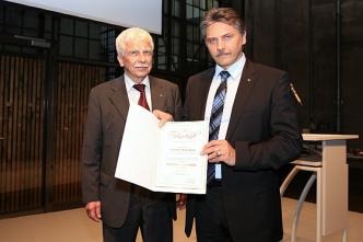 Aus der Hand vom VdM Vorsitzenden Jörn Turner erhält Professor Rodolfo Schöneburg den Verkehrssicherheitspreis der Motorjournalisten Goldener Dieselring für die Entwicklung des Mercedes-Benz Pre-Safe-Konzeptes. (Foto: VdM)