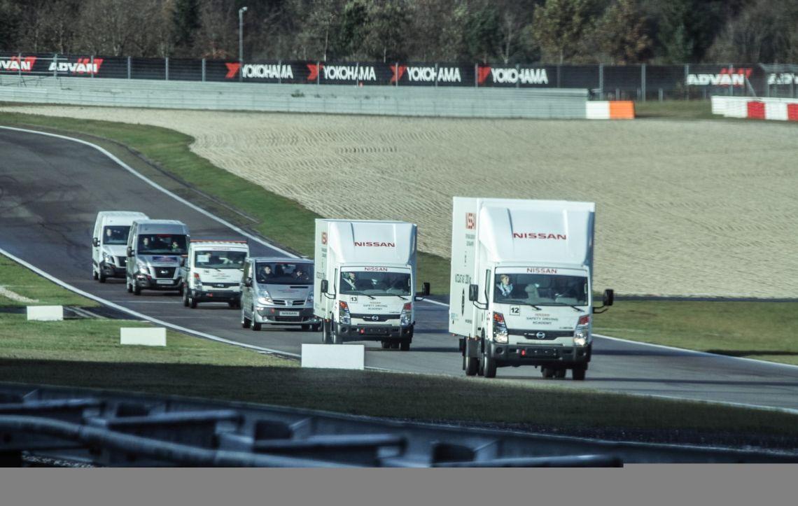 Im Dienste der Verkehrssicherheit zeigt Nissan gewerblichen Kunden die Grenzen der Nutzfahrzeuge auf. (Foto: Nissan)f abgesperrten Rennstreckendie Limits auf. (Foto: Nissan)