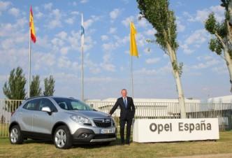 Opel-Chef Karl Thomas Neumann ist stolz, dass das Erfolgsmodell Mokka nun auch in Europa Arbeitsplätze sichert. (Foto: Opel)
