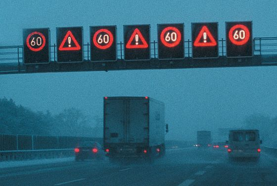 Gerade bei schlechtem Wetter und Verkehrsbehinderungen sind die elektronischen Schilderbrücken hilfreich. (Foto: DVR)