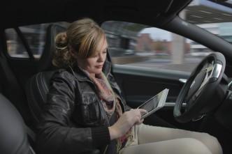 Im Volvo-Versuch kann sich die 'Fahrerin' unterwegs andren Aktivitäten widmen.