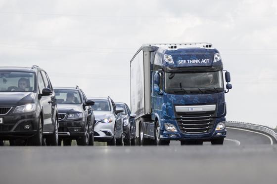 Der Innovations-Truck von ZF mit dem System EMA, Evasive Maneuver Assist, beim automatisierten Ausweichmanöver am Stauende. Foto: ZF