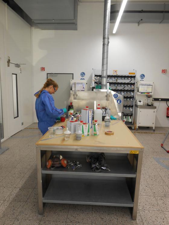 Glasurit kennt die Rezepturen für tausende von Farben. Für kleine Reparaturen können auch geringe Mengen neu gemischt werden. Foto: LD