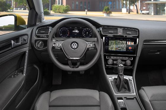 So sieht das neue Cockpit im Golf für 2017 aus. GTI und GTE erhalten rote und blaue Applikationen. Foto: VW